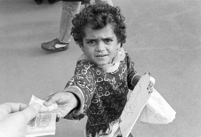 Цыганенок попрошайничает на площади Киевского вокзала в Москве, 1996 год