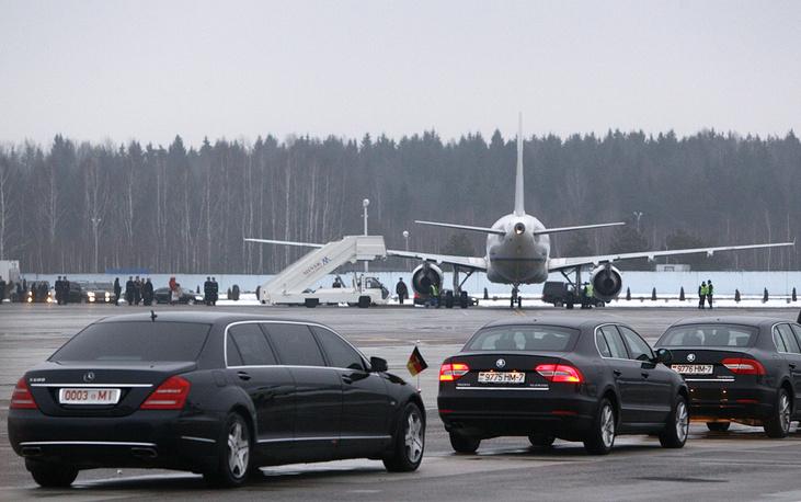 Из аэропорта высокопоставленные политики направились во Дворец независимости, где проходят переговоры