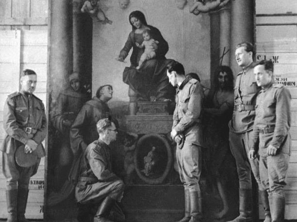 """Советские реставраторы участвовавшие в спасении шедевров Дрезденской галереи смогли сохранить и вернуть более  750 полотен. На снимке советские реставраторы у картины Корреджо """"Мадонна со св. Франциском"""" , 1945 год"""