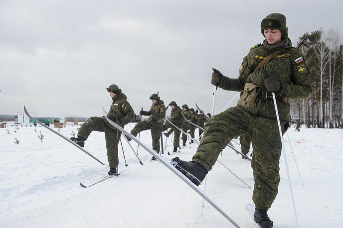 Военнослужащие выполняют разворот на месте в разомкнутом строю