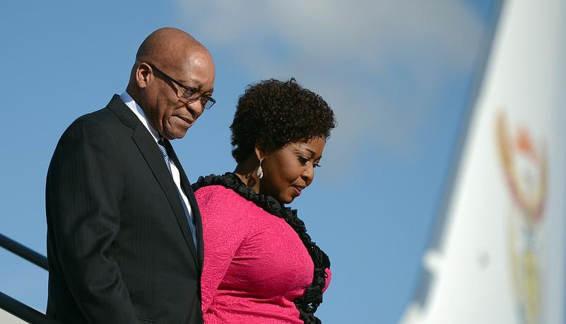 У президента ЮАР Джейкоба Зумы 4 жены: Сизакеле Кумало, Номпумелело Нтули, Тобеки Стэйси Мадиба и Бонги Нгема-Зума (на фото). У политика 21 ребенок