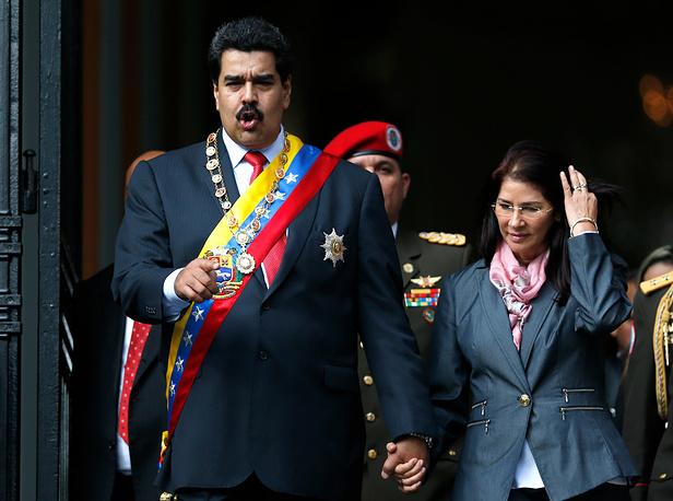 Супруга президента Венесуэлы Николаса Мадуро Силия Флорес старше мужа на 10 лет. Силия Флорес - известный политический деятель, она сменила мужа на посту председателя Национального собрания Венесуэлы. Николас Мадуро и Силия Флорес познакомились благодаря Уго Чавесу. После того, как тот вышел из тюрьмы, где отбывал заключение за попытку военного переворота, Мадуро стал личным водителем и телохранителем Чавеса. Тогда он и познакомился с Силией Флорес, которая входила в число адвокатов, добивавшихся досрочного освобождения команданте