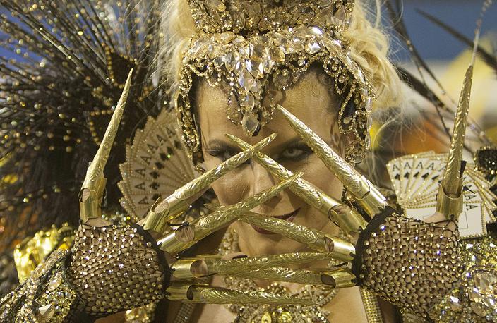 Танцовщица школы самбы Special Group Gavioes da Fiel на карнавале в Сан-Паулу
