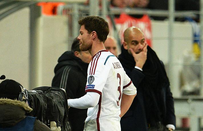 Полузащитник мюнхенцев Хаби Алонсо, проводивший 100-ю игру в Лиге чемпионов, был удален с поля на 65-й минуте встречи