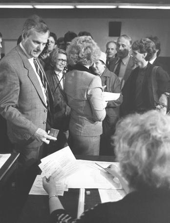 Во время голосования на избирательном участке Дзержинского района Ленинграда, 1991 год