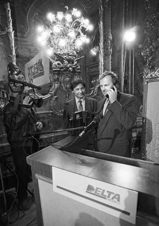Анатолий Собчак во время беседы по телефону с мэром Сиэтла Норманом Райсом в Санкт-Петербурге, 1991 год