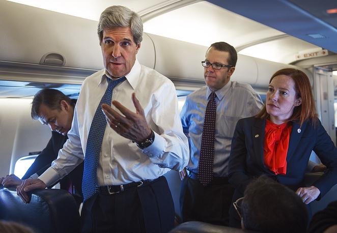 Госсекретарь США Джон Керри и пресс-секретарь Госдепартамента США Дженнифер Псаки на борту правительственного самолета на пути из Южной Кореи в Китай, 2013 год