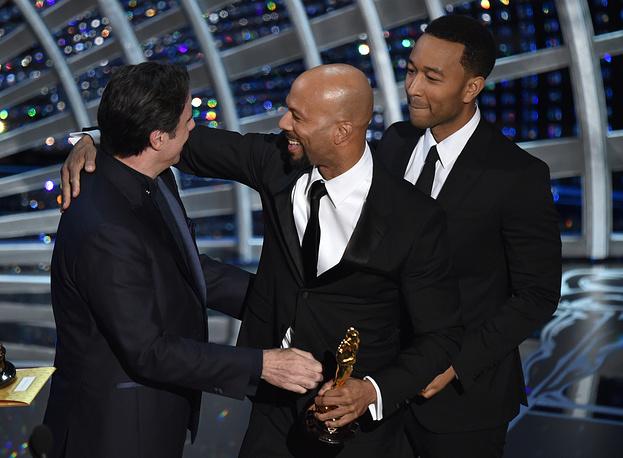 """Песня """"Glory"""" из фильма """"Сельма"""" стала лучшей в категории """"Лучшая песня к фильму"""". На фото: Джон Траволта (слева) вручает награду Джону Ледженду (справа) и рэп-исполнителю Коммон (в центре)"""