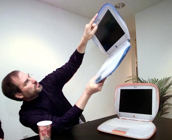 Стив Джобс с компьютером iBook на выставке Macworld Expo в Нью-Йорке, 21 июля 1999 года