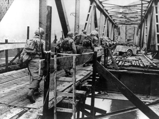 Американские солдаты переправляются по мосту Людендорфа через реку Рейн