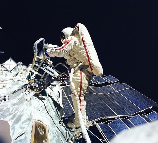 """Выход в открытый космос Светланы Савицкой 25 июля 1984 года во время полёта космического корабля """"Союз Т-12"""