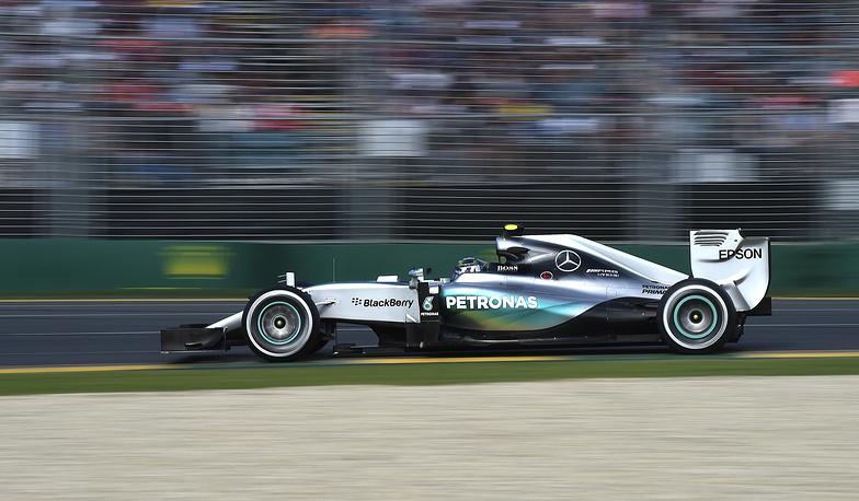 Пилот Mercedes Нико Росберг во время гонки