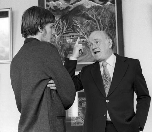 Святослав Рихтер беседует с внуком композитора Сергея Прокофьева - Сергеем, студентом Московского высшего художественно-промышленного училища, 1973 год