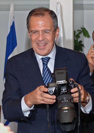 Глава МИД РФ Сергей Лавров фотографирует во время встречи с премьер-министром Израиля Эхудом Ольмертом в Тель-Авиве, 2006 год