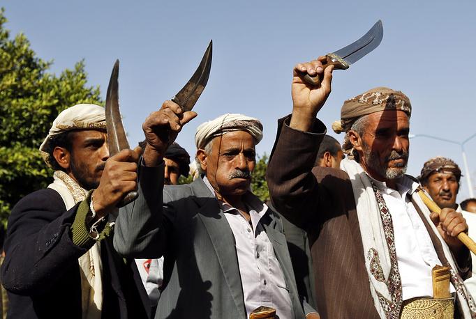 В конце февраля СБ ООН продлил на год действие санкций в отношении Йемена, под которые подпадают бывший президент страны Али Абдалла Салех и два главаря мятежников-хоуситов - Абдель Халик аль-Хоуси и Абдалла Яхья аль-Хаким. Документ призывает все стороны конфликта к добросовестному участию в переговорах, ведущихся под эгидой ООН. На фото: сторонники хоуситов на акции протеста против вмешательства Саудовской Аравии во внутренние дела Йемена