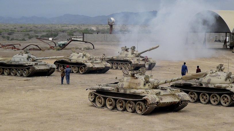 Телеканал SkyNews Arabia сообщил, что народное ополчение, выступающее на стороне президента Йемена Абду Раббо Мансура Хади, отбили аэропорт Адена у перешедшей на стороны мятежников 39 механизированной бригады. На фото: вооруженные силы, лояльные президенту Абду Раббо Мансуру Хади на территории военно-воздушной базы Аль-Анад в провинции Лахедж, 26 марта