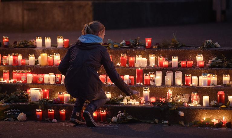Школьники оставляют свечи перед зданием гимназии в городе Хальтерн-ам-Зе, Германия