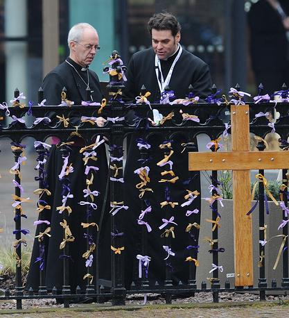Заупокойную службу провел духовный глава Англиканской церкви архиепископ Кентерберийский Джастин Уэлби. На фото: Джастин Уэлби перед началом церемонии  (слева)