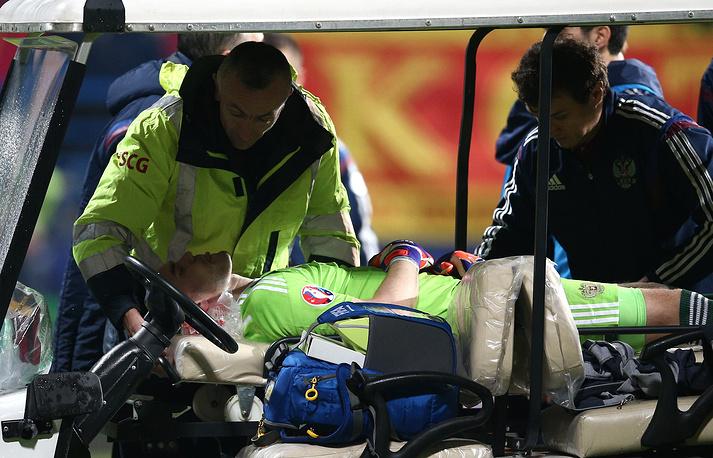 Голкипер сборной России получил серьезный ожог шеи. Он был госпитализирован