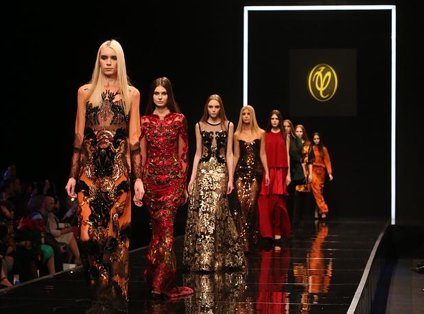 Неделя моды в Москве открылась показом коллекции Валентина Юдашкина. На фото: показ коллекции модельера Валентина Юдашкина в рамках Moscow Fashion Week в Гостином дворе