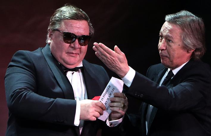 Актер Роман Мадянов и актер Михаил Ефремов (слева направо) во время церемонии