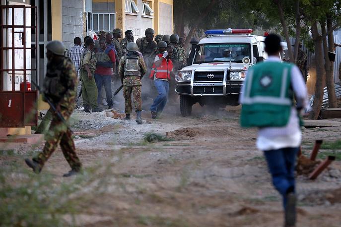 Исламисты захватили в заложники более сотни студентов и преподавателей. На фото: спецоперация кенийских военнослужащих по освобождению заложников в Гариссе