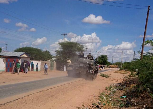 """Боевики группировки """"Аш-Шабаб"""" напали на университет в кенийском городе Гарисса. На фото: кенийские вооруженные силы направляются к университету в Гариссе"""