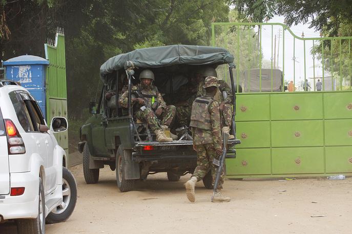 """Атака """"Аш-Шабаб"""" на университет в Гариссе стала самым масштабным терактом по числу жертв, совершенным на территории Кении. На фото: военнослужащие кенийской армии на территории университета в Гариссе"""