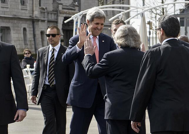 """Президент США Барак Обама заявил по итогам переговоров в Лозанне, что Вашингтон со своими союзниками и партнерами """"достиг исторического взаимопонимания с Ираном"""". На фото: госсекретарь США и другие члены американской делегации"""