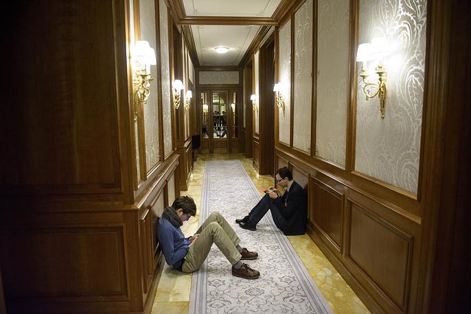"""Журналистов процесс бесконечного ожидания результатов переговоров в отеле """"Бо-Риваж Палас"""" вымотал не меньше, чем переговорщиков"""