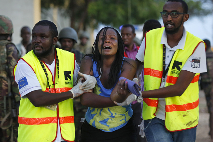 """2 апреля боевики сомалийской экстремистской группировки """"Аш-Шабаб"""" напали на университет в кенийском городе Гарисса, захватив в заложники сотни студентов и преподавателей. В результате атаки погибли, по меньшей мере, 147 человек, десятки получили ранения"""