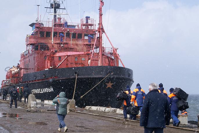 """7 апреля буксир """"Справедливый"""" доставил выживших моряков и тела погибших членов экипажа с затонувшего траулера """"Дальний Восток"""" в порт Корсаков на Сахалине"""