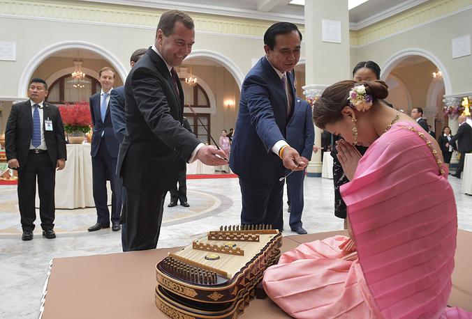 9 апреля премьер-министр РФ Дмитрий Медведев завершил рабочую поездку во Вьетнам и Таиланд. На фото: с премьер-министром Таиланда Праютом Чан-Оча после пресс-конференции по итогам российско-таиландских переговоров в Бангкоке, 8 апреля