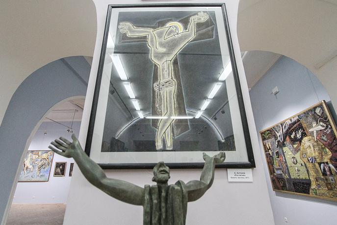 """Андрей Антонов. Скульптура """"Пророк"""" (бронза, 2003 год) и картина """"Распятие"""" (бумага, пастель, 2011 год)"""