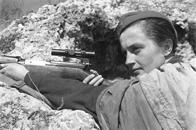 Герой Советского Союза, снайпер Людмила Павличенко уничтожила свыше 300 фашистских офицеров и солдат при освобождении Севастополя, 1942 год