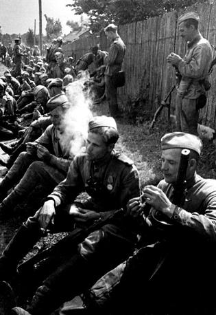 2-й Белорусский фронт. Солдатский перекур на привале, 1944 год