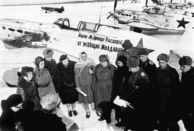Делегация женщин Молдавии, построивших на свои сбережения самолет-истребитель имени Марины Расковой, передает машину летчикам авиачасти, 1943 год