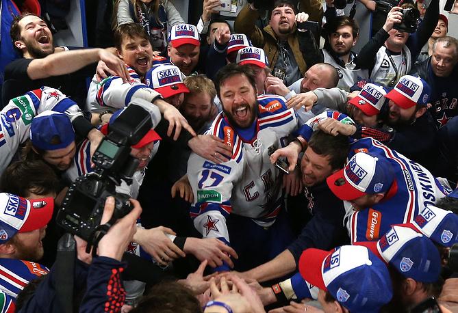 Игроки СКА в раздевалке после победы в матче финальной серии плей-офф Кубка Гагарина КХЛ