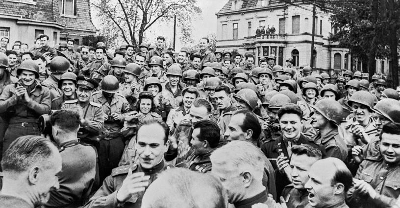 В честь встречи войск Красной армии с союзными войсками в Москве был дан салют - 24 залпа из 324 орудий