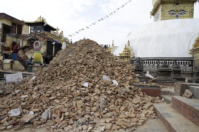 Пострадавший от землетрясения буддийский храмовый центр Сваямбунатх, известный также как Обезьяний храм, на окраине Катманду