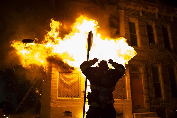 Представители местных властей сообщили, что в Балтимор 27 апреля были введены 1,5 тыс. бойцов Национальной гвардии США. По данным телекомпании CNN, гвардейцам не разрешается применять огнестрельное оружие. Они играют вспомогательную роль и должны препятствовать мародерству, грабежам и вандализму. На фото: акция протеста против действий полиции в Балтиморе