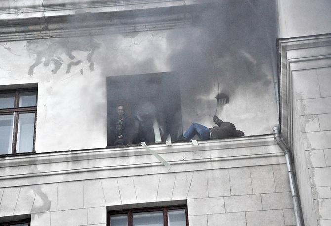 Сторонники федерализации пытаются спастись из горящего Дома профсоюзов, Одесса, 2 мая 2014 года
