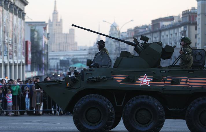Бронетранспортер БТР-82А во время проезда военной техники по Тверской улице