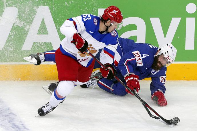 Нападающий Евгений Дадонов (СКА, слева) - чемпион мира-2014, обладатель Кубка Гагарина-2014/15, лучший снайпер плей-офф КХЛ