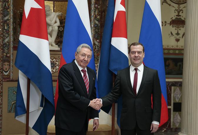 Председатель Госсовета и Совета министров Кубы Рауль Кастро и премьер-министр России Дмитрий Медведев на встрече в Москве, 6 мая 2015 года