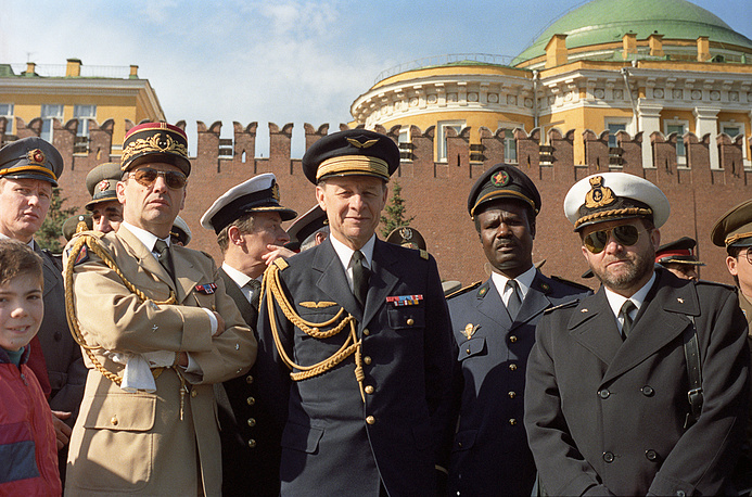 Представители дипломатического корпуса на гостевых трибунах во время парада на Красной площади, 1990 год