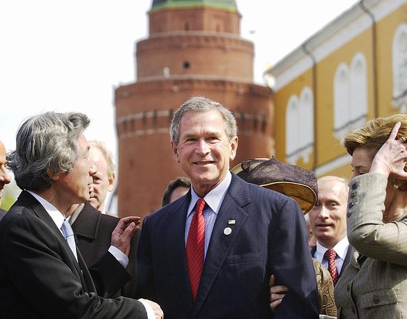 Премьер-министр Японии Дзюнъитиро Коидзуми и президент США Джордж Буш во время совместного фотографирования глав государств в Александровском саду, 2005 год
