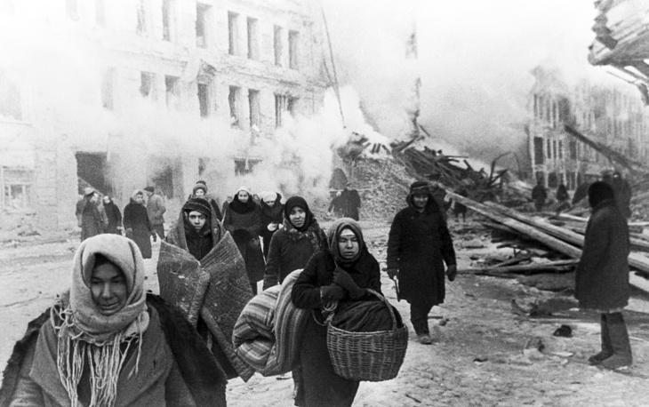 Ленинград. Жители покидают дома, разрушенные немцами, 1941 год