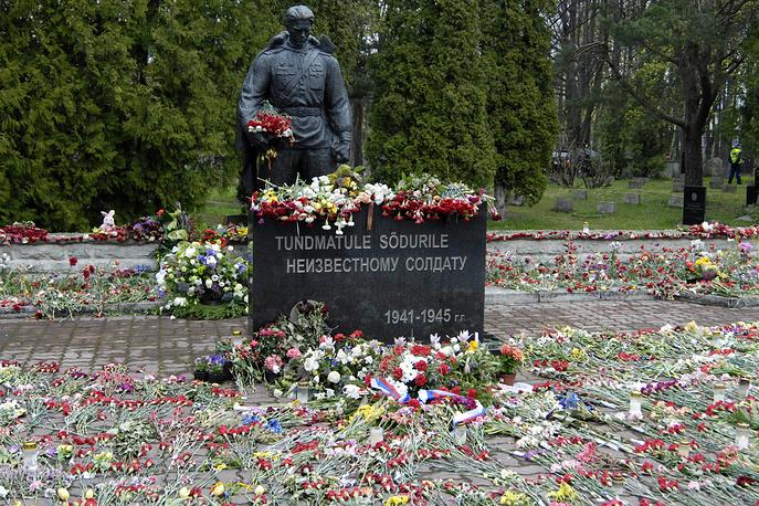 """Памятник советским воинам в Таллине, известный в Эстонии как """"Бронзовый солдат"""""""