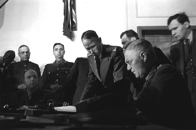 Вильгельм Кейтель подписывает акт о безоговорочной капитуляции Германии в Карлсхорсте